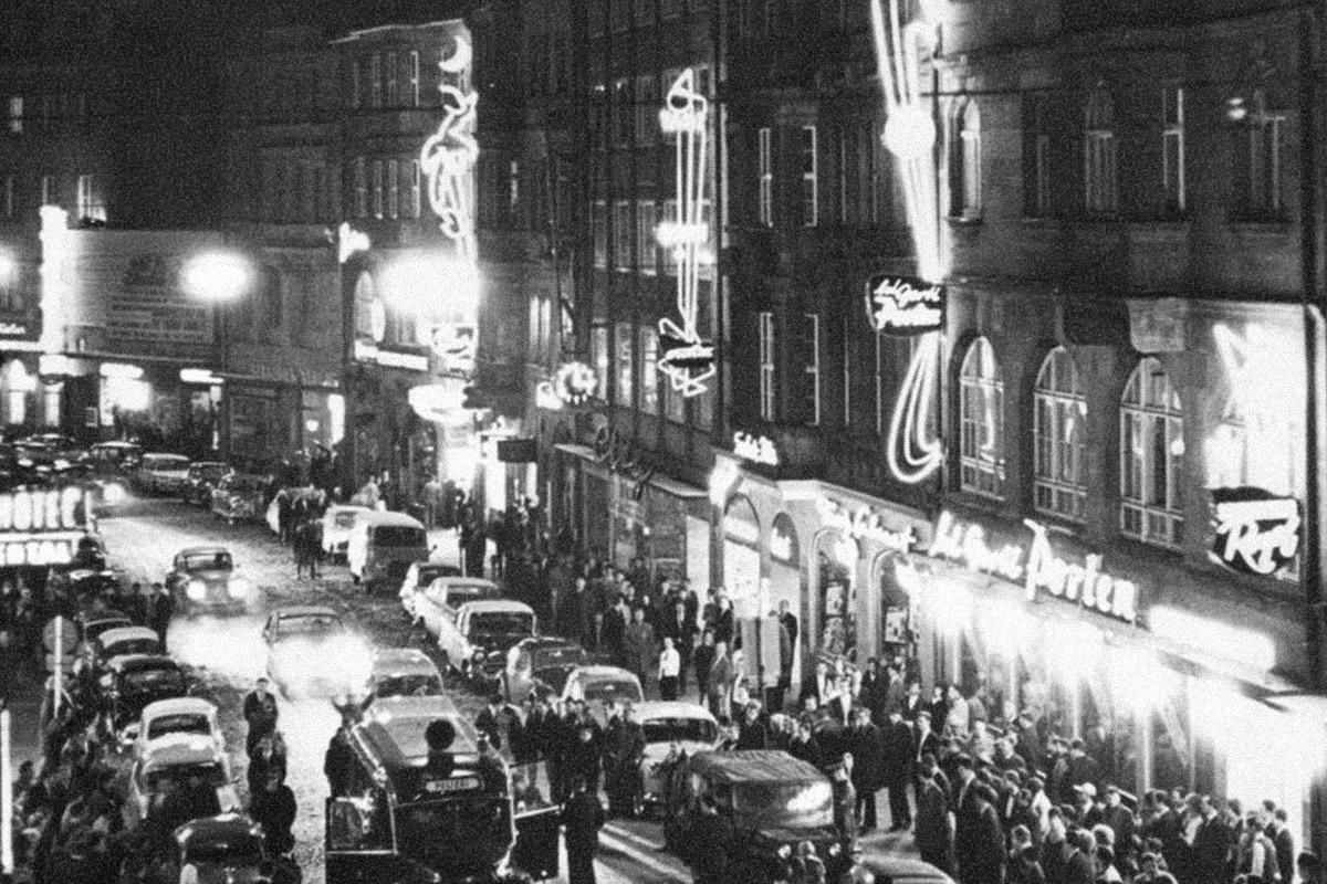 Silvesterabend Anfang der 1960er Jahre, viel Trubel auf der Luitpoldstraße