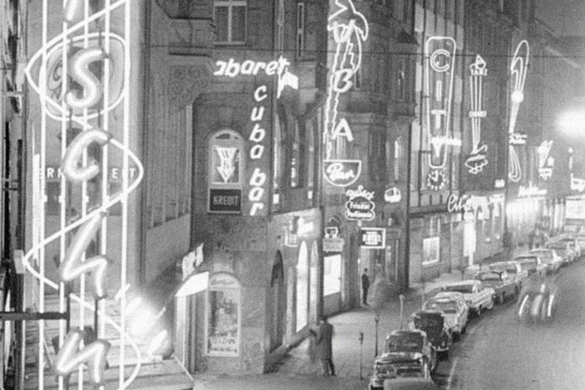 Neon-Reklame soweit das Auge reicht: Luitpoldstraße, vermutlich 1960er Jahre