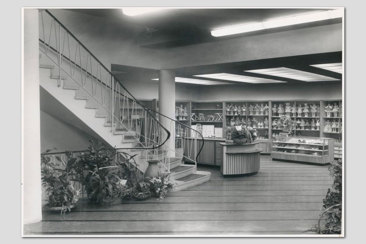 Virnich Innenansicht: Parterre mit Treppenaufgang zum ersten Stock, ca. 1960er Jahre