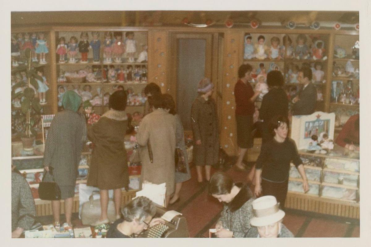 Wer die Wahl hat, hat die Freude: Andrang in der Puppen-Abteilung im Jahr 1964