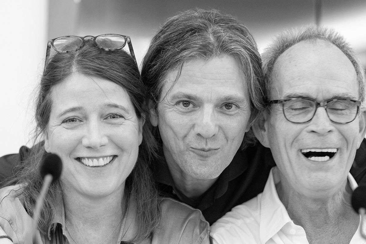 """Katja Amberger, Wolfgang Hartmann und Martin Pfisterer präsentieren die szenische Lesung """"In 22 Briefen um die Welt"""". © Joachim Hauser"""