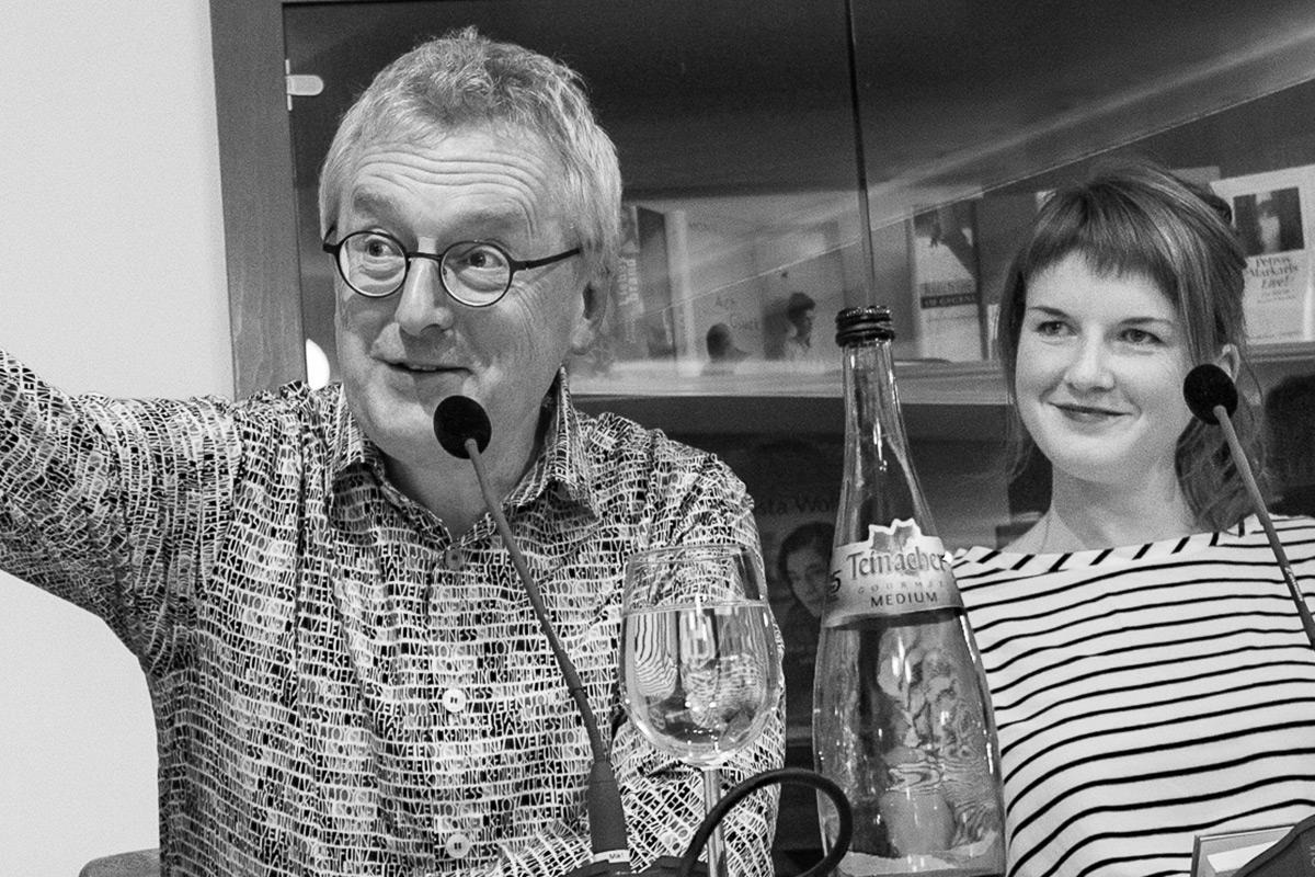 """Helmut Haberkamm liest aus """"Kleine Sammlung fränkischer Dörfer"""". Neben ihm Annalena Weber.  © Susanne Halfmann @ Susanne Halfmann"""
