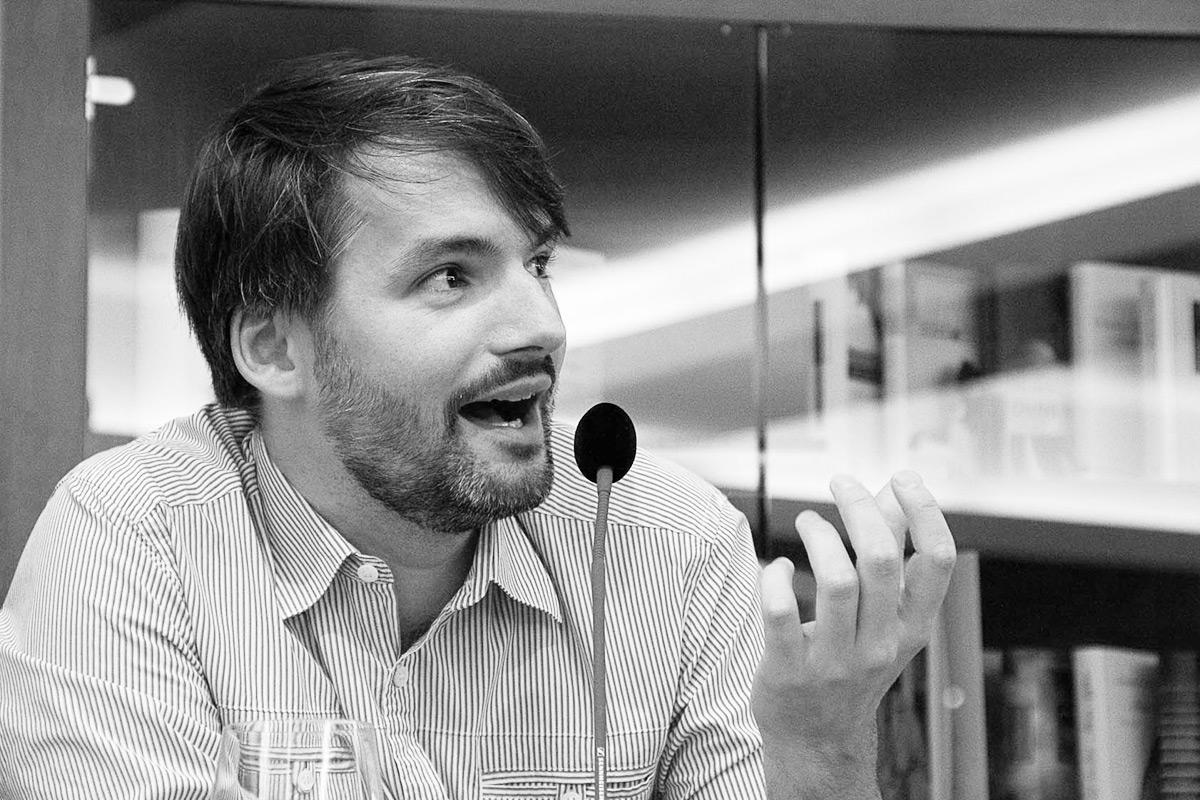 """Saša Stanišić liest aus seinem Roman """"Vor dem Fest"""", ausgezeichnet mit dem Belletristik-Preis der Leipziger Buchmesse 2014.  © Joachim Hauser"""