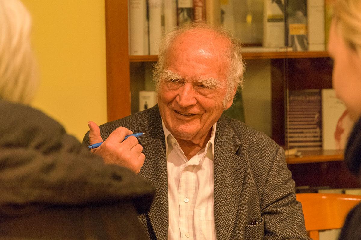 """Martin Walser im Gespräch beim Signieren von """"Statt etwas oder Der letzte Rank"""". © Joachim Hauser"""
