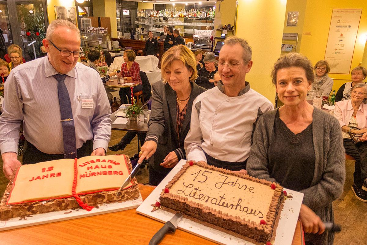 Unglaublich: 15 Jahre Literaturhaus! Jörg Schuster, Dora Heldt, Bernd Rings und Elisabeth Zeitler-Boos schneiden die Torten am 12. Dezember 2018 an. © Joachim Hauser