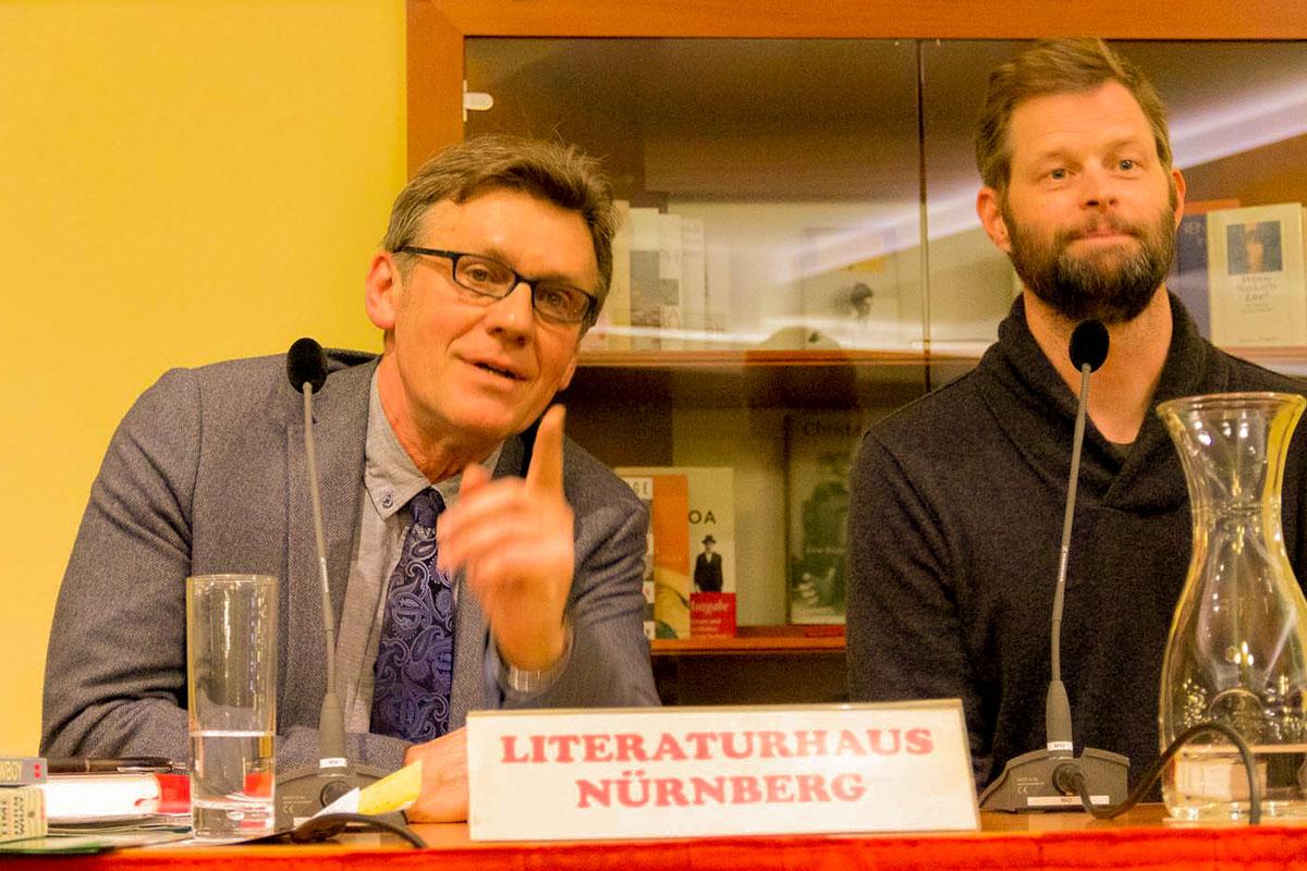 Frage aus dem Publikum: Johannes Dorrer übersetzt für John Wray am 21. Februar 2019. © Joachim Hauser