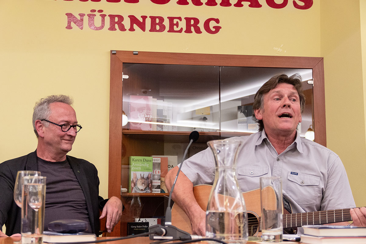 Thommie Bayer und Johannes Dorrer (Moderation) bei der Lesung am 9. Juli 2019. Copyright Foto Joachim Hauser