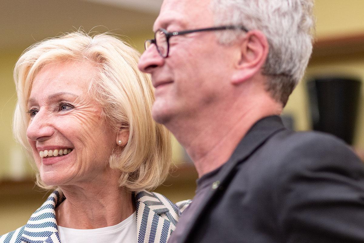 Thommie Bayer und Kulturreferentin Dr. Julia Lehner bei der Lesung am 9. Juli 2019. Copyright Foto Joachim Hauser
