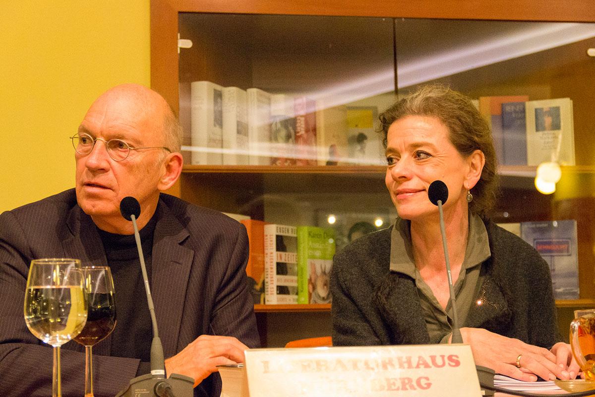 Fragen aus dem Publikum beantwortet Jürgen Neffe, neben ihm Elisabeth Zeitler-Boos am 24. November 2017. © Joachim Hauser