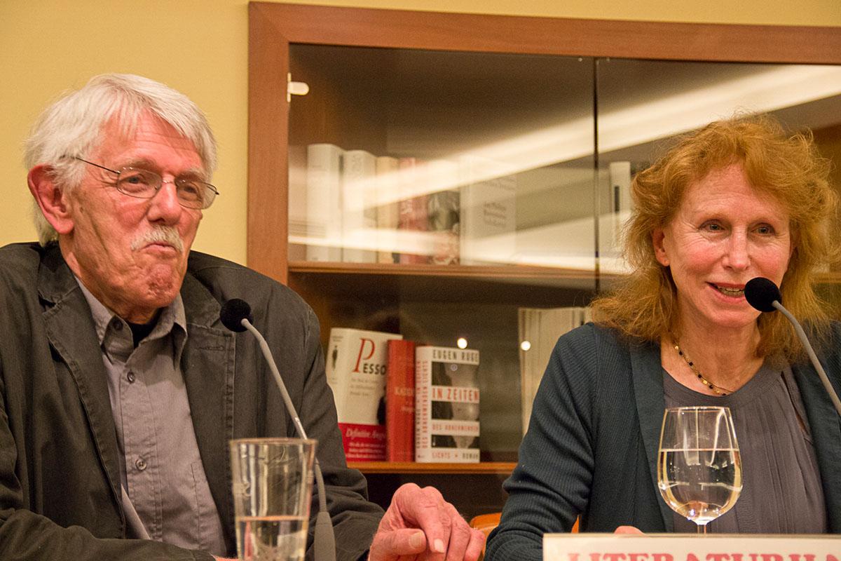 Es darf geschmunzelt werden: Karlheinz Bedall im Gespräch mit Margriet de Moor am 20. Mai 2014. © Joachim Hauser
