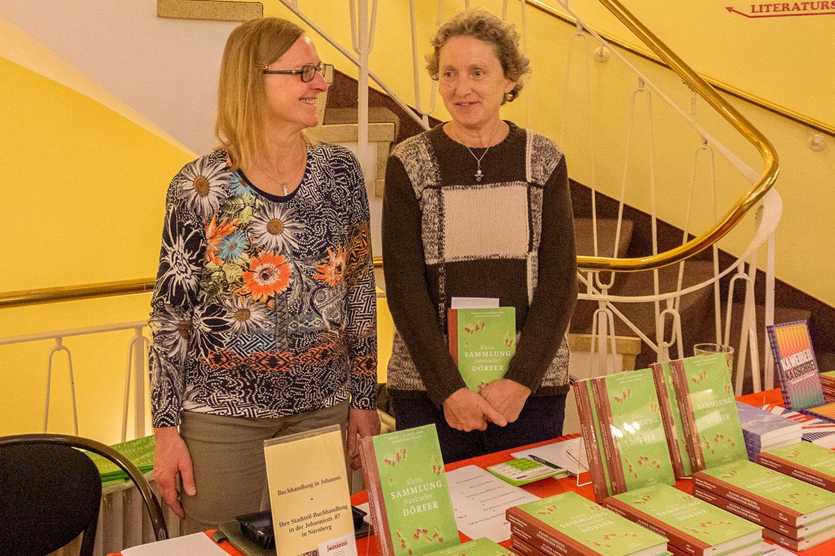 Zur Buchpremiere mit Helmut Haberkamm präsentieren Renate Braun und Ingrid Baumgarten, beide von der Buchhandlung in Johannis, den Büchertisch am 13. November 2018. © Joachim Hauser